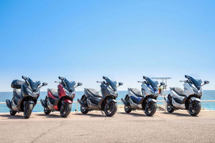 Le propriétaire prend livraison pour le Honda Forza 300 scooter en Inde